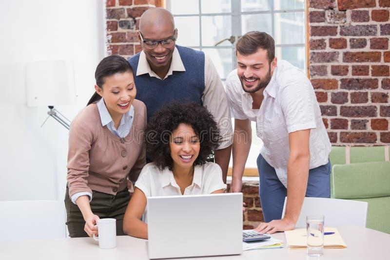 Equipe criativa do negócio que usa o portátil na reunião imagens de stock royalty free