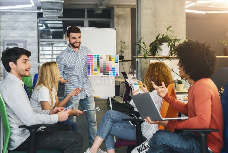 Equipe criativa nova que escolhe o projeto da cor do projeto novo imagem de stock royalty free
