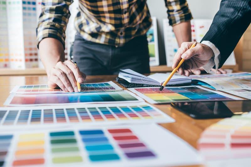 Equipe criativa nova que tem uma reunião no escritório criativo, Archite fotografia de stock