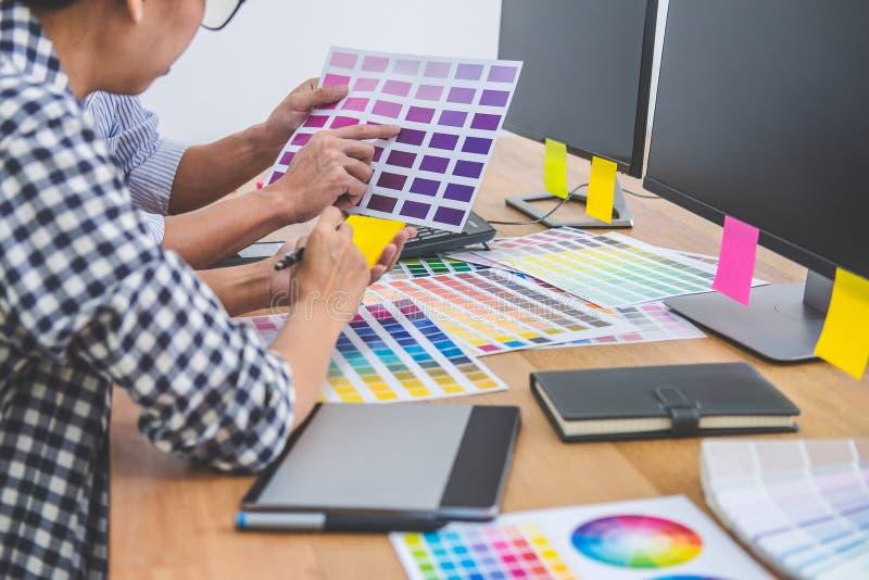 Equipe criativa nova que tem uma reuni?o no escrit?rio criativo, no desenho arquitet?nico com ferramentas do trabalho e nos acess imagens de stock