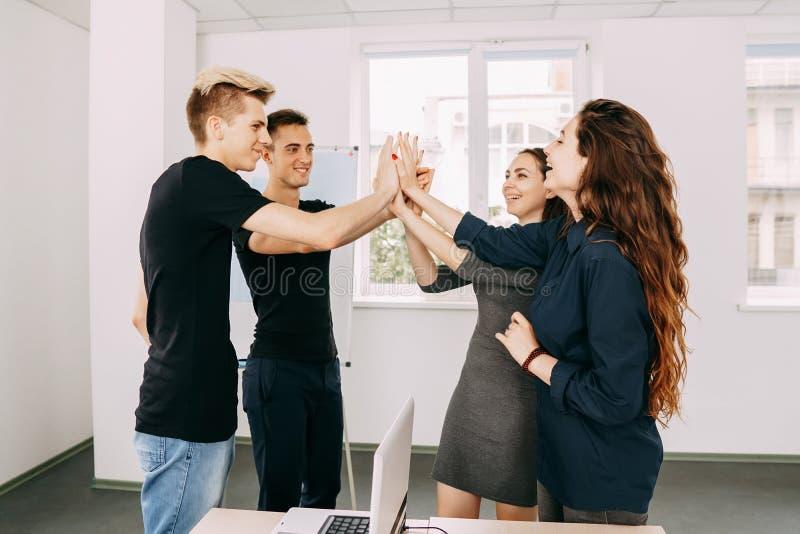 A equipe criativa que cheering dando pífanos de uma elevação gesticula imagem de stock royalty free