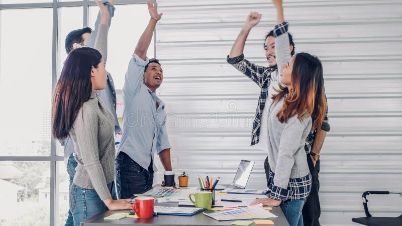 Equipe criativa que põe o togerther da mão no encontro no escritório Conceito dos trabalhos de equipa e da unidade foto de stock royalty free
