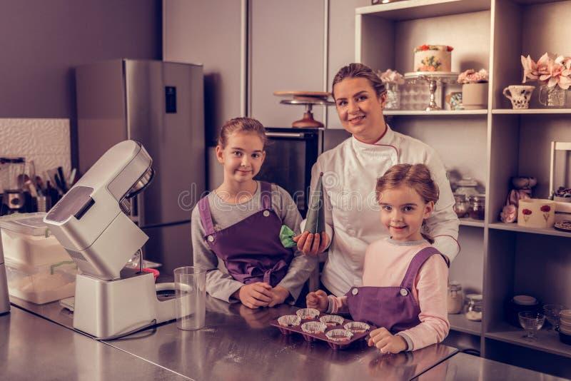 Equipe culinária agradável deleitada que olha o fotos de stock royalty free