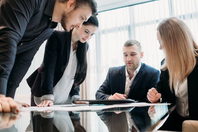 Equipe da discussão do negócio da instrução da sessão de reflexão fotos de stock royalty free