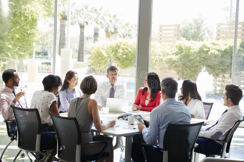 Equipe da empresa na discussão em uma sala de reunião fotos de stock royalty free