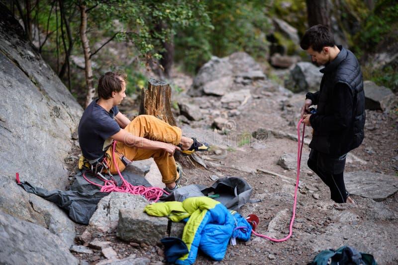 A equipe da escalada prepara uma subida desafiante Montanhista e Belayer fotos de stock royalty free