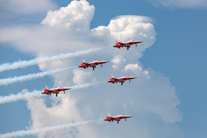 A equipe da exposição da formação de Patrouille Suisse da força aérea suíça que voa aviões de lutador de Northrop F-5E juntou-se  foto de stock royalty free