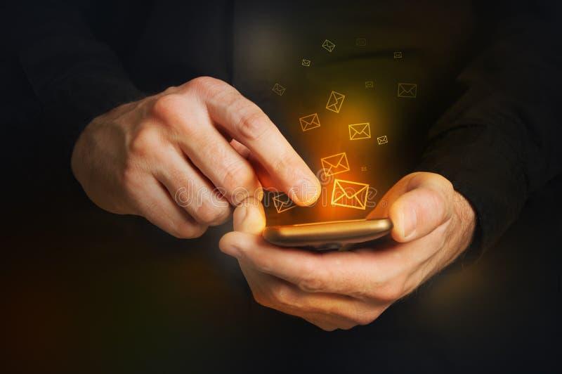 Equipe a dactilografia de uma mensagem de texto em um smartphone foto de stock