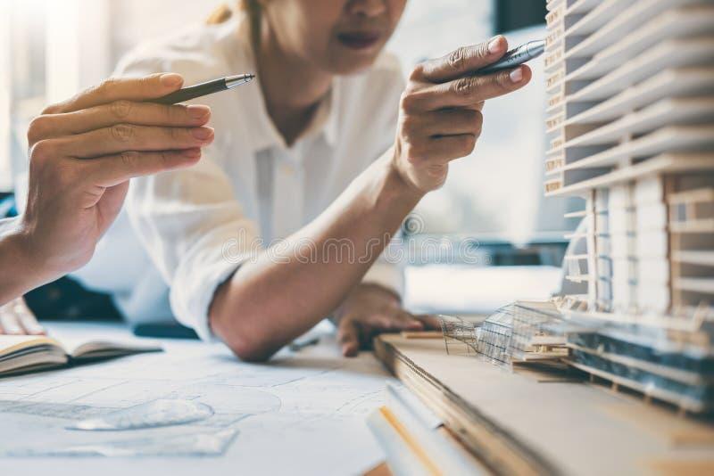 Equipe das mãos da engenharia ou do arquiteto de construção que trabalham em b imagem de stock