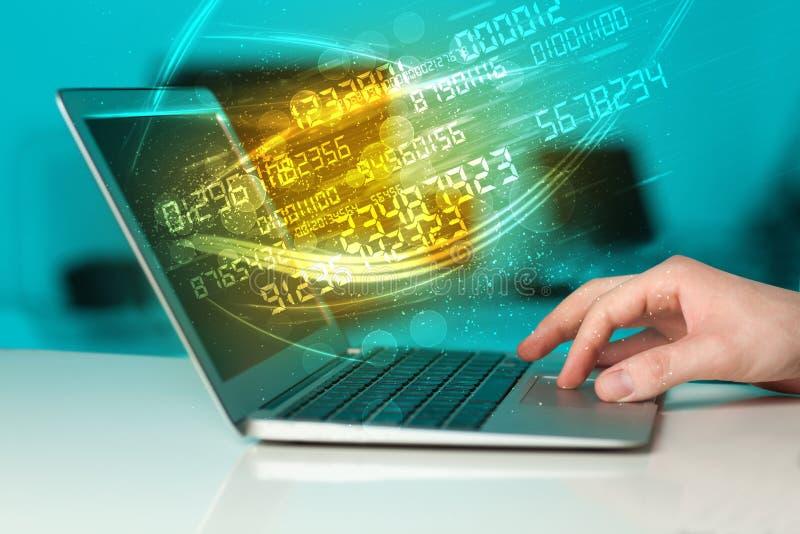 Equipe a datilografia no caderno moderno com vinda dos dados da tecnologia do número