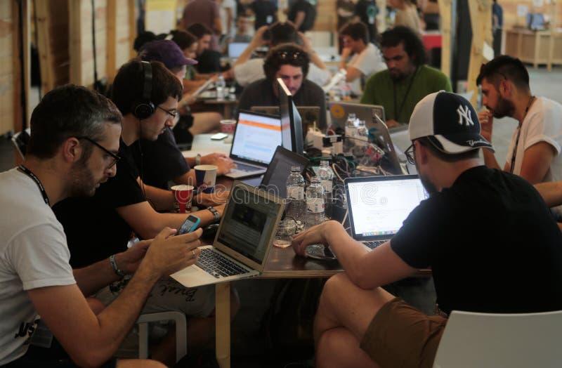 Equipe de Coworking no trabalho largamente fotografia de stock royalty free