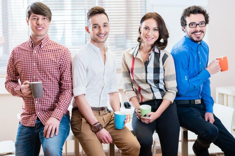 Equipe de executivos criativos novos no escritório imagens de stock royalty free