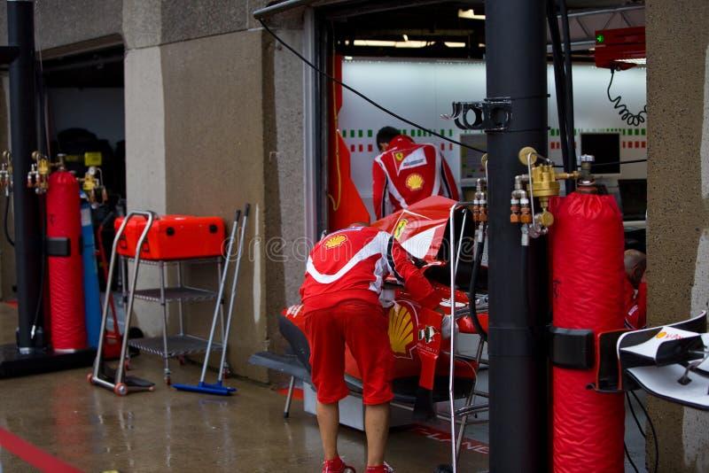 Equipe de Ferrari que prepara o carro de Felipe Massaâs