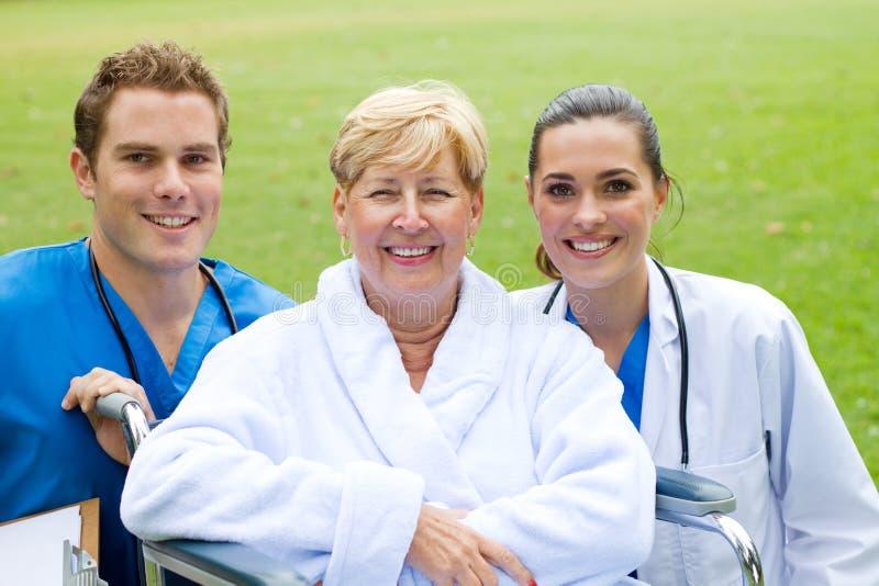 Equipe de funcionários paciente e médica fotografia de stock royalty free