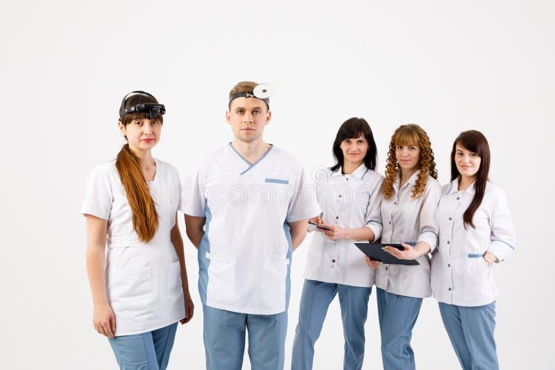 Equipe de funcion?rios m?dica Retrato dos doutores dos otolaryngologists e das enfermeiras em um fundo branco isolado imagens de stock