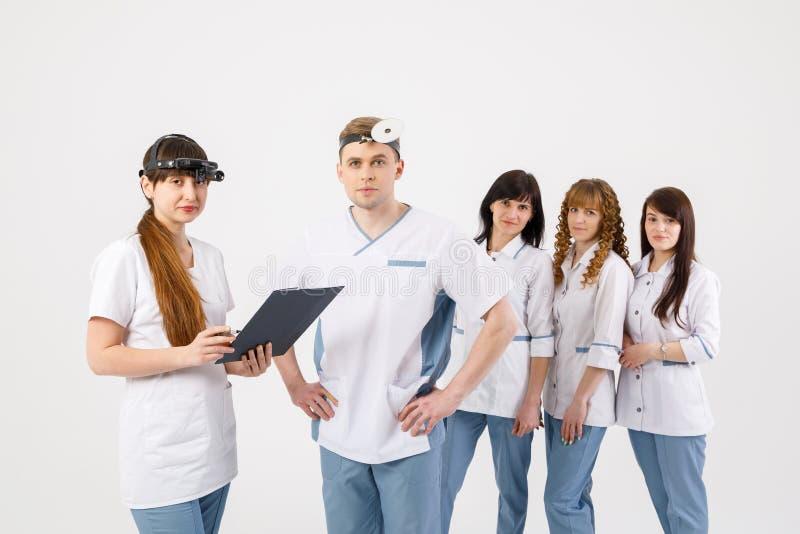 Equipe de funcion?rios m?dica Retrato dos doutores dos otolaryngologists e das enfermeiras em um fundo branco isolado foto de stock royalty free
