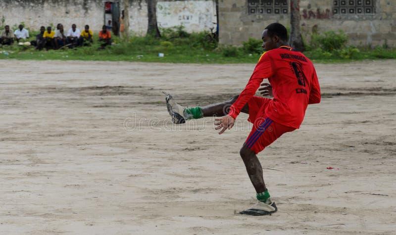 Equipe de futebol africana local durante o treinamento no campo de ação da areia imagem de stock royalty free