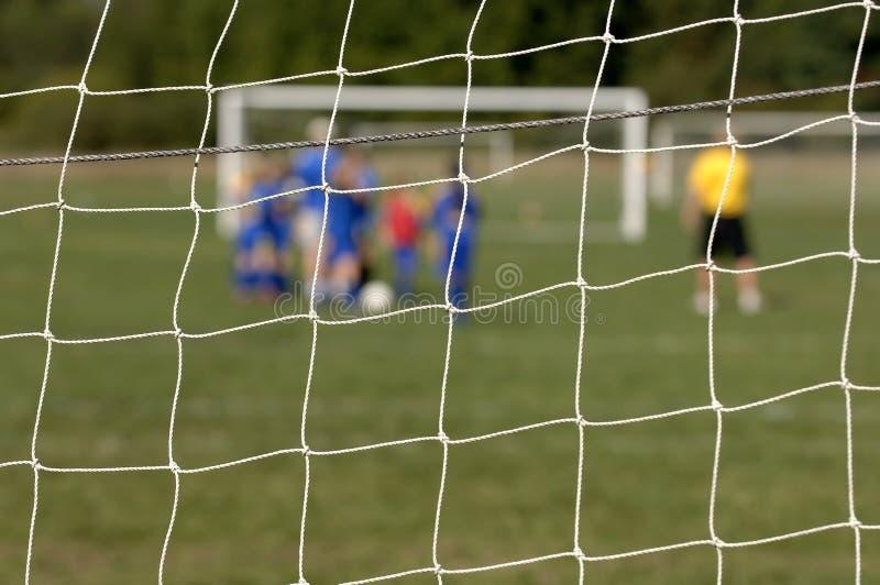 Equipe de futebol através da rede fotos de stock