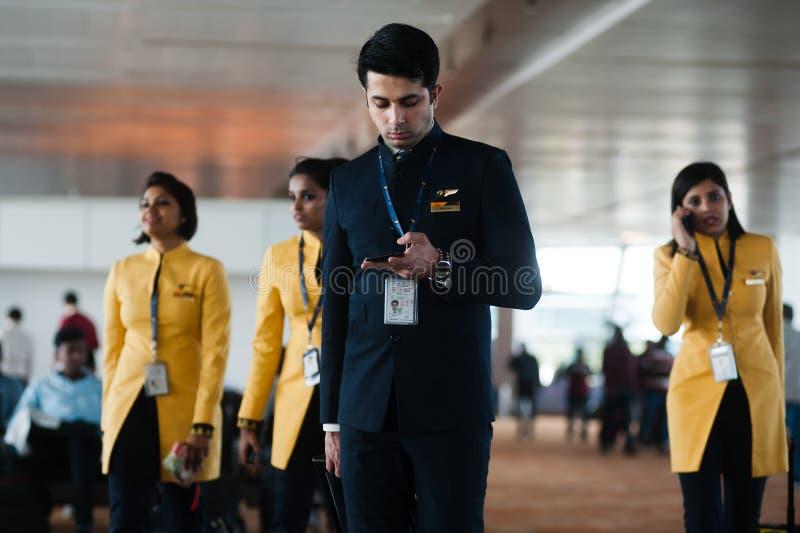 Equipe de Jet Airways do piloto e das comissárias de bordo que vão migrar Índia, Indira Gandi Delhi Airport - 7 de fevereiro de 2 fotos de stock