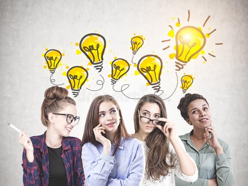 Equipe de jovens mulheres diversa, ideias brilhantes imagem de stock