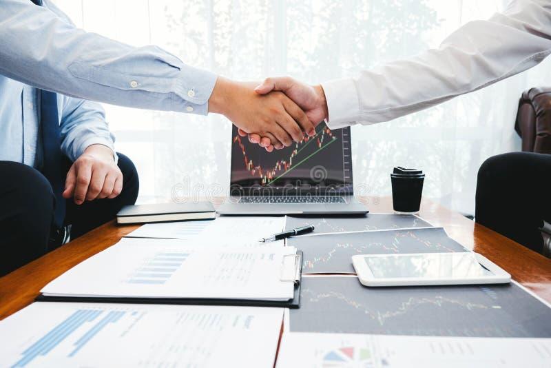 Equipe de negócios agitando com o Investment Entrepreneur Trading discutindo e analisando o gráfico de negociação de ações,gráfic foto de stock