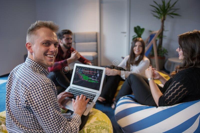 Equipe de projeto do negócio que trabalha junto na sala de reunião no escritório imagem de stock