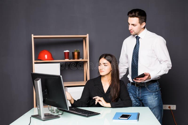 Equipe de projeto nova que trabalha na mesa que olha o computador no escritório criativo Team o trabalho fotos de stock royalty free