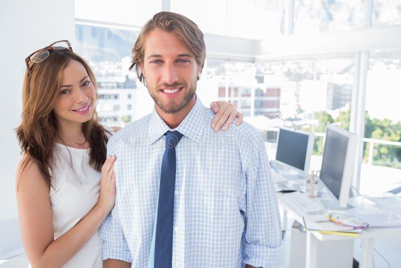 Equipe de projeto que está em seu escritório imagem de stock royalty free