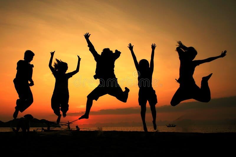Equipe de salto da silhueta imagem de stock royalty free