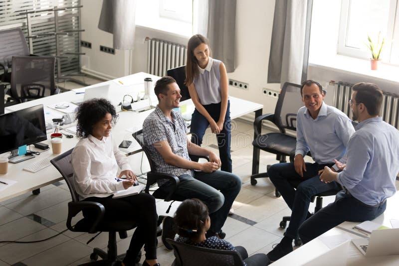Equipe de sorriso da diversidade dos empregados que escutam o treinador do negócio imagem de stock