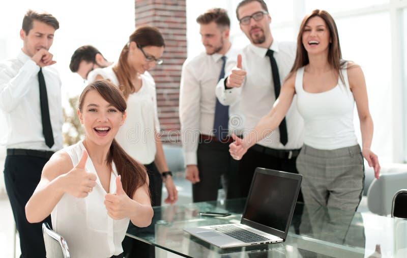 Equipe de sorriso do negócio que mostra os polegares acima imagem de stock royalty free