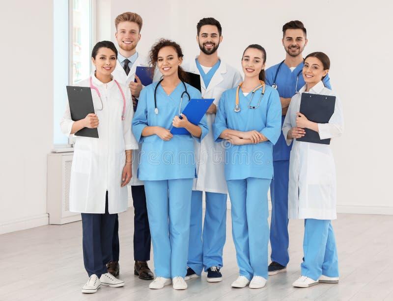 Equipe de trabalhadores médicos no hospital imagem de stock