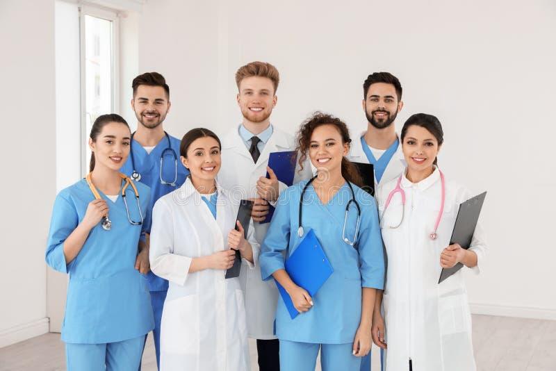 Equipe de trabalhadores médicos no hospital fotografia de stock royalty free