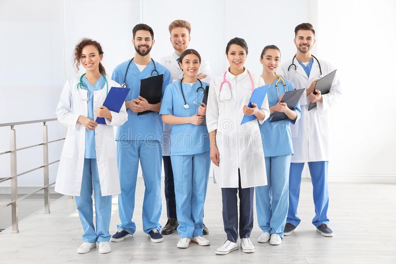 Equipe de trabalhadores médicos no hospital imagens de stock