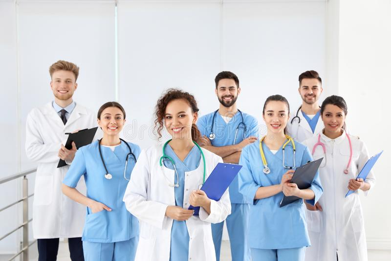 Equipe de trabalhadores médicos no hospital fotografia de stock