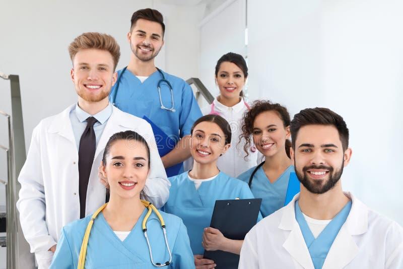 Equipe de trabalhadores médicos no hospital foto de stock royalty free