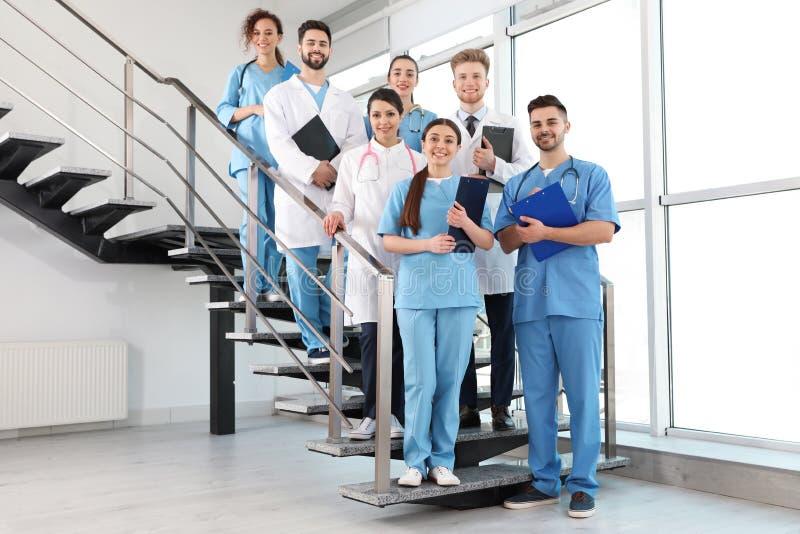 Equipe de trabalhadores médicos no hospital foto de stock