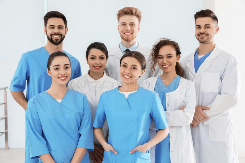 Equipe de trabalhadores médicos no hospital imagem de stock royalty free