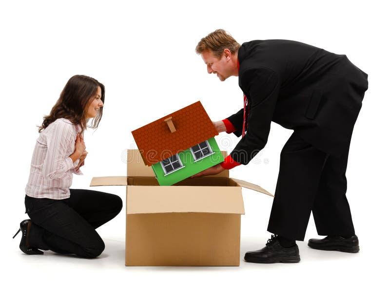 Equipe a desembalagem de uma casa nova para a esposa ou o cliente fotografia de stock royalty free