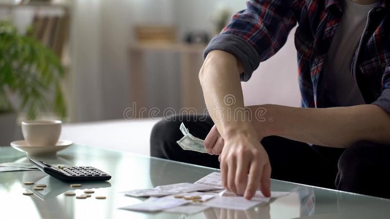 Equipe despesas calculadoras para utilidades, orçamento de família planeando, pagamento do crédito imagem de stock