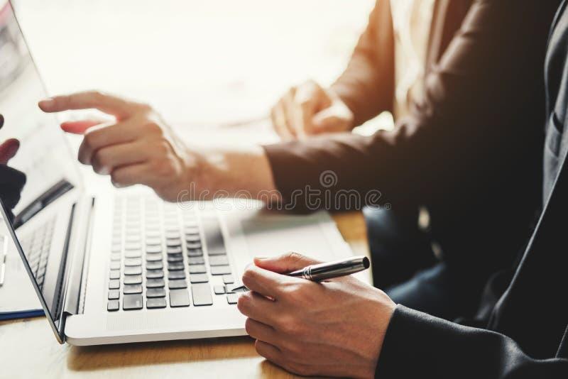 equipe detrabalho do negócio que encontra o investimento da análise da estratégia do planeamento e que salvar o conceito reunião  imagem de stock