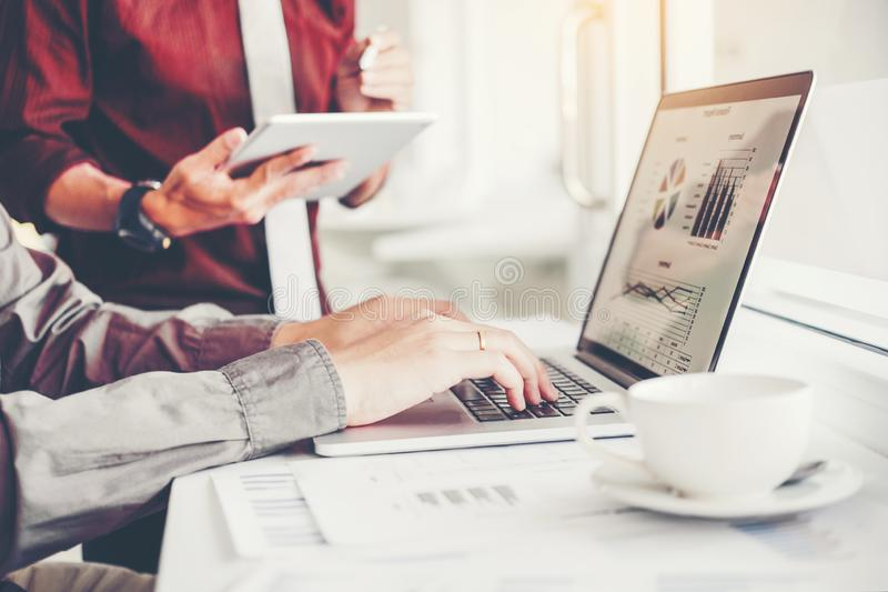 equipe detrabalho do negócio que encontra o investimento da análise da estratégia do planeamento e que salvar o conceito reunião  foto de stock royalty free