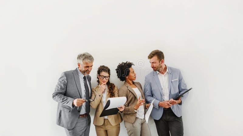 Equipe diversa alegre do negócio que discute o trabalho imagens de stock royalty free
