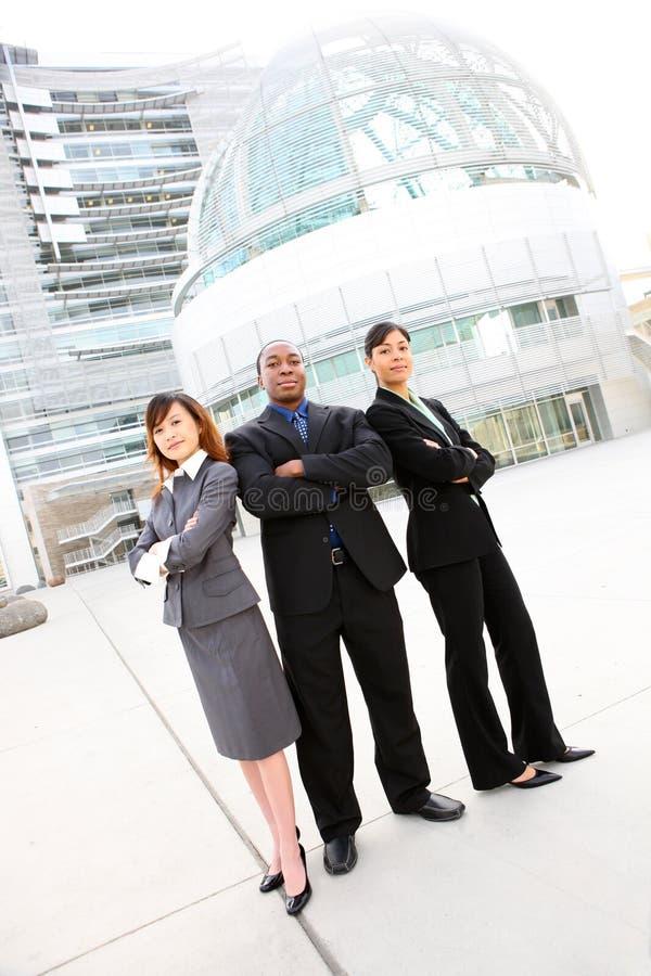 Equipe diversa do negócio no prédio de escritórios imagens de stock royalty free