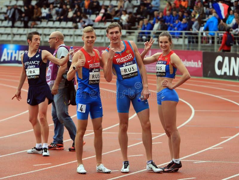 A equipe do atletismo do russo comemora o primeiro lugar na raça de relé em jogos exteriores internacionais de DecaNation o 13 de imagens de stock royalty free