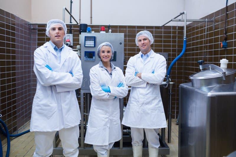 Equipe do biólogo que está o sorriso com os braços cruzados foto de stock royalty free