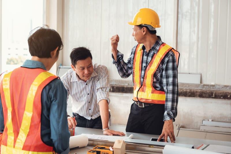 Equipe do coordenador do projeto da construção industrial na ereção do local , Equipe de gestão do projeto do coordenador e arqui foto de stock