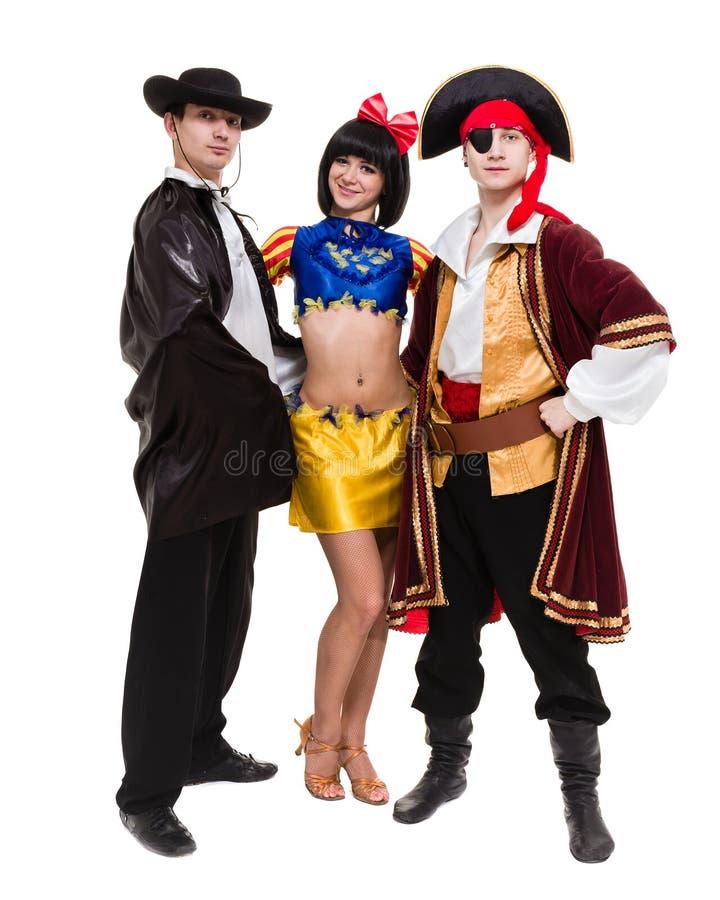 A equipe do dançarino que veste o carnaval de Dia das Bruxas traja a dança contra o branco no corpo completo fotografia de stock