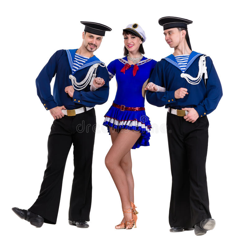 Equipe do dançarino vestido como os marinheiros que levantam em um fundo branco isolado fotos de stock royalty free
