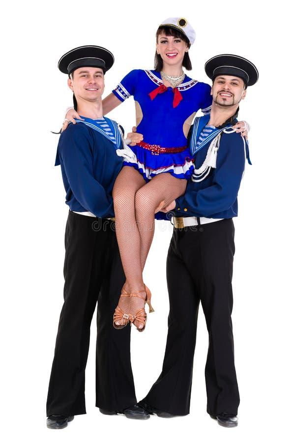 Equipe do dançarino vestido como os marinheiros que levantam em um fundo branco isolado foto de stock